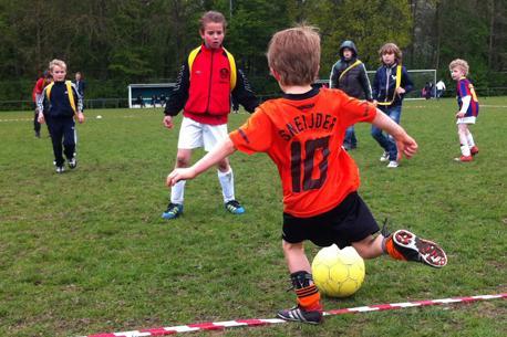 In juli en augustus kunnen 12 tot en met 18 jarigen deelnemen aan diverse zomeravond-voetbaltoernooien.