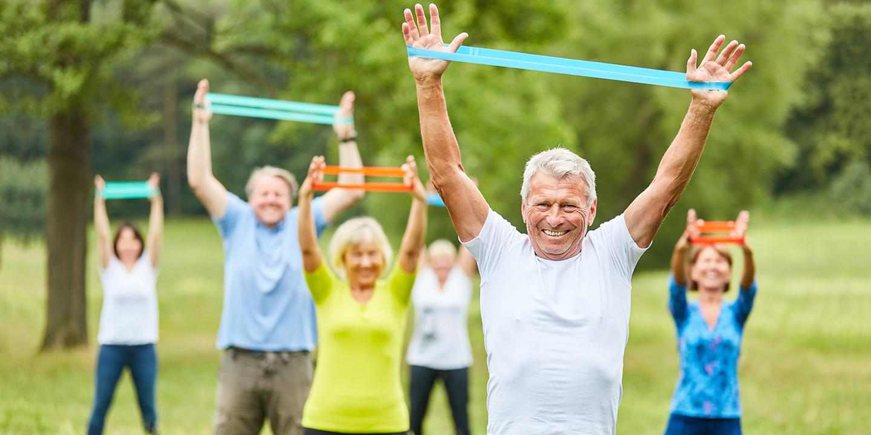 Of het nu wandelen, zwemmen, gymmen of iets anders is: voldoende bewegen is essentieel voor een gezonde oude dag.
